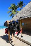 Equipo de buceo listo para los turistas en la tienda del salto situada en la playa de Bavaro en Punta Cana Imágenes de archivo libres de regalías