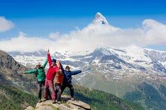 Equipo de caminantes en la cumbre rocosa Imágenes de archivo libres de regalías