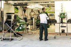 Equipo de Caterham F1 de los mecánicos Fotos de archivo libres de regalías