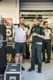 Equipo de Caterham F1 de los mecánicos Fotos de archivo