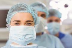 Equipo de cirujanos que miran la cámara Imagen de archivo