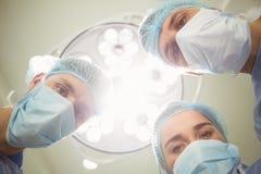 Equipo de cirujanos que trabajan junto Foto de archivo libre de regalías