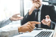 Equipo de Co-trabajo asesor del negocio que hace frente a la inversión del análisis de la estrategia del planeamiento y que ahorr fotos de archivo
