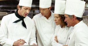 Equipo de cocinero que prepara el servicio almacen de video