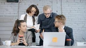 Equipo de colegas inteligentes y serios elegantes que discuten sobre nueva sociedad corporativa metrajes