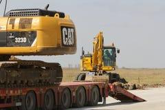 Equipo de construcción pesado que trabaja en un emplazamiento de la obra de la pista Imagenes de archivo