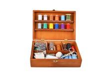 Equipo de costura en caja de madera Fotografía de archivo libre de regalías