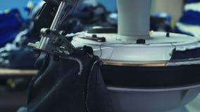 Equipo de costura profesional en proceso en la cámara lenta de la fábrica de la ropa almacen de video