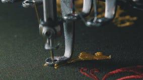 Equipo de costura, telar Equipo en una fábrica de la ropa almacen de metraje de vídeo