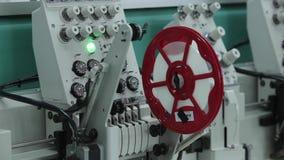 Equipo de costura, telar Equipo en una fábrica de la ropa almacen de video