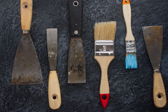 Equipo de cuchillos y de cepillos viejos oxidados de masilla para la reparación y los trabajos decorativos Fotografía de archivo