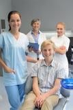 Equipo de dentistas con el muchacho del paciente del adolescente Fotos de archivo libres de regalías