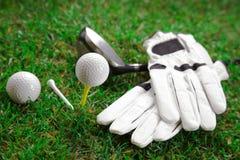Equipo de deporte del golf fijado en campo Imágenes de archivo libres de regalías