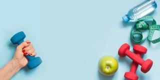 Equipo de deporte Endecha creativa del plano de los equipos del deporte y de la aptitud en azul con el espacio de la copia imágenes de archivo libres de regalías