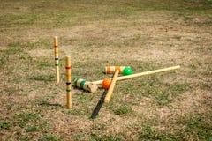 Equipo de deportes del croquet en un campo fotografía de archivo