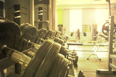 Equipo de deportes en el gimnasio para el ejercicio Imágenes de archivo libres de regalías