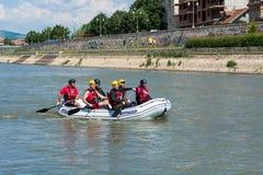 Equipo de deportes que transporta en balsa en el río Nisava en la ciudad del Nis, Serbia Imágenes de archivo libres de regalías