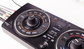 Equipo de DJ en el fondo blanco Aislado Foto de archivo
