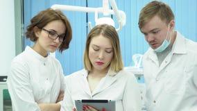 Equipo de doctores discutir diagnosis de pacientes media Los doctores juntas analizan pruebas y diagnosis de pacientes encendido almacen de video