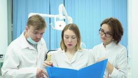 Equipo de doctores discutir diagnosis de pacientes media Los doctores juntas analizan pruebas y diagnosis de pacientes encendido metrajes
