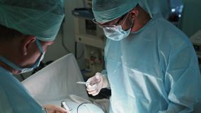 Equipo de doctores en ropa y máscara estéril durante cirugía C?mara lenta metrajes