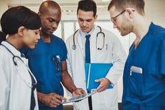 Equipo de doctores multirraciales en el hospital Imágenes de archivo libres de regalías