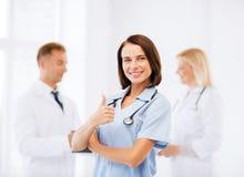 Equipo de doctores que muestran los pulgares para arriba Fotos de archivo libres de regalías