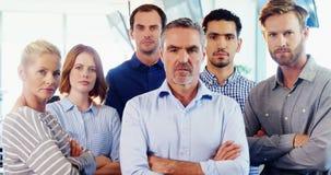 Equipo de ejecutivo de operaciones que se coloca con los brazos cruzados