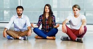 Equipo de ejecutivos que practican yoga