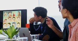 Equipo de ejecutivos que tienen discusión en la reunión almacen de metraje de vídeo