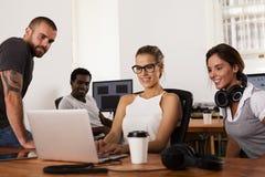 Equipo de empresarios en una oficina de lanzamiento Imagen de archivo