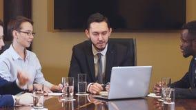 Equipo de empresarios jovenes que se encuentran en oficina que discute el plan empresarial metrajes