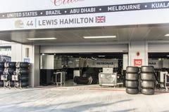 Equipo de encajonamiento Mercedes Coche de carreras cubierto Lewis Hamilton Imagen de archivo