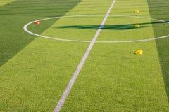 Equipo de entrenamiento del fútbol en el césped artificial, academia del fútbol Imagenes de archivo