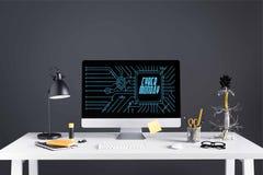 equipo de escritorio con la inscripción cibernética de lunes en la pantalla, la lámpara y materiales de oficina en la tabla imagenes de archivo
