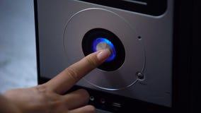 Equipo de escritorio del botón de encendido del presionado a mano, tecnología de computadora personal moderna almacen de metraje de vídeo