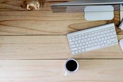 Equipo de escritorio moderno del espacio de trabajo en la tabla y la materia de madera de la oficina Imagenes de archivo