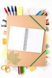 Equipo de escuela con el cuaderno Imagen de archivo libre de regalías
