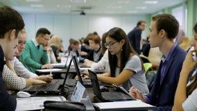 Equipo de estudiantes jovenes del negocio detrás del escritorio que participan en el aprendizaje competitivo con su proyecto de l almacen de metraje de vídeo