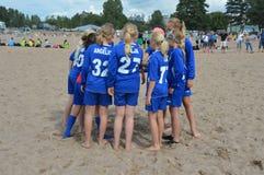 Equipo de fútbol de la playa de muchachas listas para el torneo Imagen de archivo libre de regalías