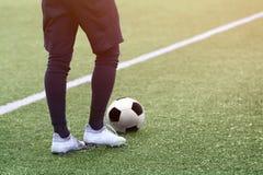 Equipo de fútbol del portero con un balón de fútbol Fotos de archivo libres de regalías