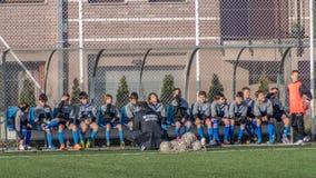 Equipo de fútbol joven con el entrenador Fotos de archivo libres de regalías
