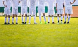 Equipo de fútbol de la juventud Jugadores de fútbol jovenes que se colocan en fila Imagen de archivo libre de regalías