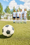 Equipo de fútbol de los muchachos Imágenes de archivo libres de regalías