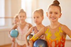 Equipo de gimnastas jovenes imagenes de archivo