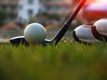 Equipo de golf en un c?sped verde imagen de archivo libre de regalías