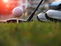 Equipo de golf en un c?sped verde fotografía de archivo libre de regalías