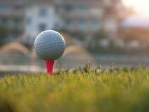 Equipo de golf en un c?sped verde imagenes de archivo