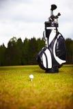 Equipo de golf en verde y el agujero Foto de archivo libre de regalías