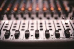 Equipo de grabación en estudio de los sonidos, controles del mezclador de la música en el concierto o partido en un club de noche Imagen de archivo libre de regalías